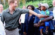 Loạt ảnh chứng tỏ Hoàng tử Harry rất được lòng trẻ con và dự đoán sẽ trở thành ông bố tuyệt vời nhất thế gian