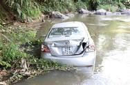 Xe con lao xuống suối, 3 người thương vong