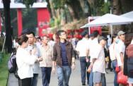 Hàng nghìn người dân ùn ùn kéo đến tham dự sự kiện ra mắt xe VinFast