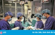 Bác sĩ phẫu thuật chuyển ngón chân thành ngón tay cái