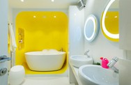 Những phòng tắm màu vàng tươi khiến bạn thấy sảng khoái ngay khi vừa bước vào