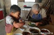 Người phụ nữ cụt cả tay chân một mình chăm sóc mẹ già 100 tuổi