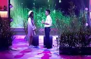Chàng trai mang cả 'rừng đom đóm' rực sáng lên sân khấu để tỏ tình