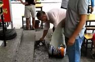 Thùng vữa từ 'trên trời rơi xuống' thủng mái che nhà hàng ở chung cư Linh Đàm, nhiều cư dân hú vía