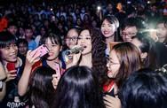 Bảo Anh được sinh viên Đồng Nai vây kín xin chụp ảnh