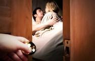 Phát hiện nhân tình của chồng nhờ kiểm tra thùng gạo