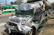 Ô tô 16 chỗ vỡ nát, bị kẹp chặt giữa xe bồn và xe ben