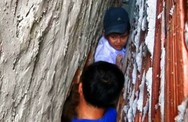 Cảnh sát cứu bé trai kẹt giữa khe tường ở miền Tây
