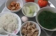 Khoe mâm cơm cữ do chồng tự tay nấu, mẹ trẻ khiến nhiều chị em thắc mắc với món tráng miệng này