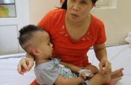 Thắt lòng cảnh bố mẹ mù lòa chăm con trai 19 tháng tuổi bị ung thư võng mạc
