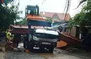 Xe húc đổ cổng chào, tài xế xe tải tử vong trong cabin bẹp rúm