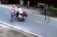 Kinh hãi người đàn ông đường đột chặn xe, sàm sỡ nữ sinh giữa ban ngày