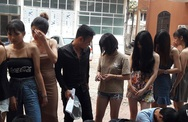 """Đột kích quán karaoke, phát hiện 24 nam thanh nữ tú đang """"bay lắc"""""""