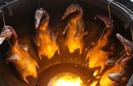 Nướng vịt trong lu đất 'khủng', ông chủ Hà Nội bán 'vèo' cả trăm con 1 ngày