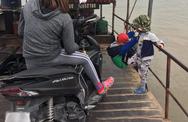 2 cháu bé đu vắt vẻo trên lan can đò khiến dân tình sợ hãi, gây bức xúc là hình ảnh người mẹ ngồi bên cạnh nhưng chăm chú xem điện thoại
