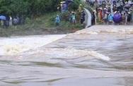 Huy động 300 người tìm kiếm người đàn ông đi xe máy qua tràn bị lũ cuốn trôi