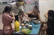 """Đoạn clip cực sốc: Mẹ đẻ cùng hai con dâu ngồi nhậu bắt con trai nấu nướng, gắt đến mức ra lệnh """"Rán cá xong chưa cho mẹ con tao nhắm"""""""
