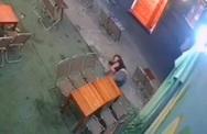 Bàng hoàng cảnh thanh niên bị chém gục ở tiệm trà chanh