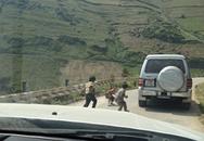 Bức xúc vì cảnh ném kẹo xuống đường cho trẻ em miền núi