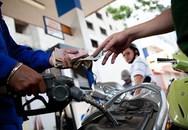 Giá xăng giảm thêm 320 đồng/lít