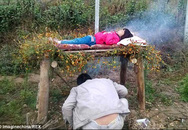 Không có tiền phẫu thuật, cha xông khói chữa bệnh cho con gái