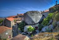 Ngôi làng nằm dưới những tảng đá nặng 200 tấn