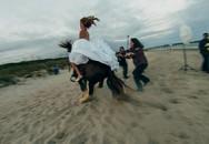 Chụp ảnh cưới, cô dâu phát khiếp khi gặp chú ngựa khó tính