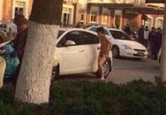 Chồng bị vợ bỏ trần truồng giữa phố