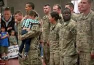 Xúc động cảnh bé trai chạy ào vào giữa hàng quân ôm chặt mẹ