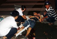 Giải cứu thanh niên bị dính chặt ở miệng cống giữa khuya