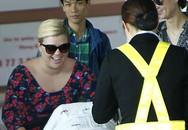 Kelly Clarkson đùa nghịch với con tại sân bay Phú Quốc