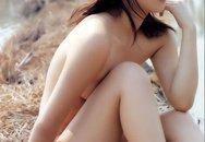 Cận cảnh thiếu nữ xinh đẹp khỏa thân giữa cánh đồng