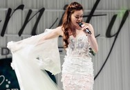 Hà Hồ cởi phăng váy cưới trên sàn diễn