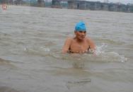 Run rẩy nhìn người Hà Nội tắm sông Hồng trong ngày giá rét