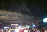 Xe khách bốc cháy dữ dội ở đường cao tốc trên cao