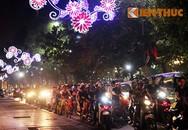 Hồ Gươm đông nghẹt vì người dân kéo về vui chơi