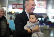 Tân Đại sứ Mỹ ôm con trai đến Hà Nội nhậm chức
