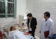 Bộ trưởng Bộ Y tế đến tận giường bệnh thăm bệnh nhân vùng cao
