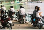 """Chuyện """"yêu đương"""" trên xe máy của người Hà Nội"""