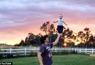 Thót tim nhìn bé 4 tháng tuổi đứng thăng bằng trên tay bố
