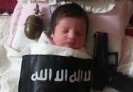 Kinh hoàng bé sơ sinh ngủ cạnh súng, lựu đạn, đắp chăn IS