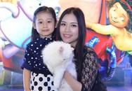 Vợ Minh Tiệp đưa con gái xinh xắn đi xem phim