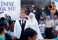 Cặp đôi mời 4.000 người tị nạn đến ăn cỗ cưới gây sốc