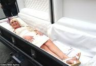 Cô dâu nằm trong quan tài đến đám cưới gây sốc