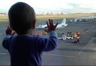 Bé gái 10 tháng tuổi thành biểu tượng ám ảnh kinh hoàng thảm kịch máy bay rơi