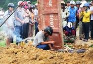 Chồng bới đất tìm vợ bị xe ben chở đất vùi lấp