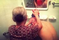 Hình ảnh bà lão 81 tuổi gội đầu cho cụ ông gây xúc động mạnh