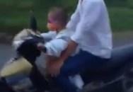 Bé trai 5 tuổi phóng xe máy vù vù trên đường