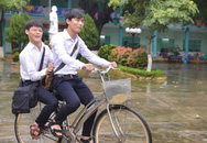 Đạp xe đưa bạn khuyết tật đến trường