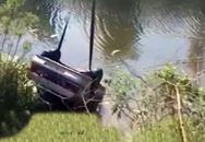 """Mải """"yêu"""" trong ô tô, vợ chết thảm khi xe rơi xuống sông"""